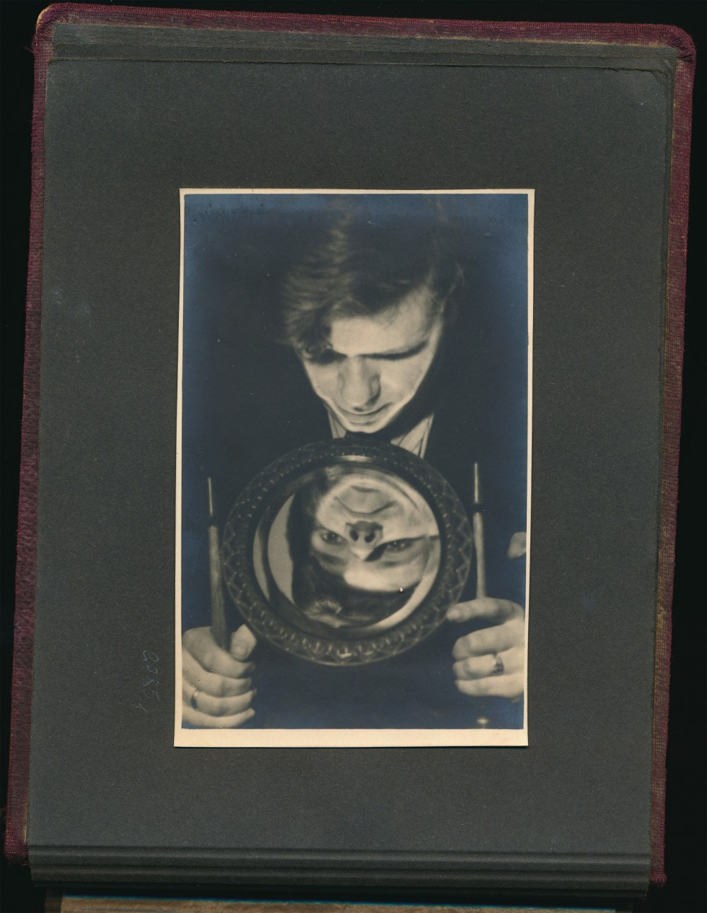 Įsimylėjęs poetas. J. V. Skuodžio fotografija iš dovanoto albumo. 1941 m.