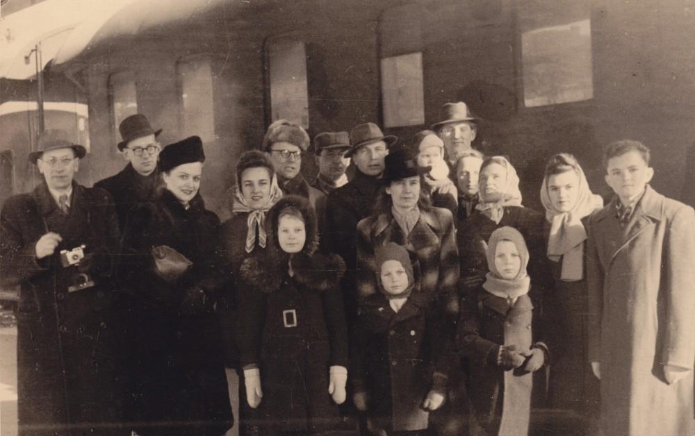Išvykimas į Ameriką. Danutė stovi antroje eilėje ketvirta iš dešinės, už jos – vyras P. Augius su sūneliu ant rankų. Apie 1950 m.