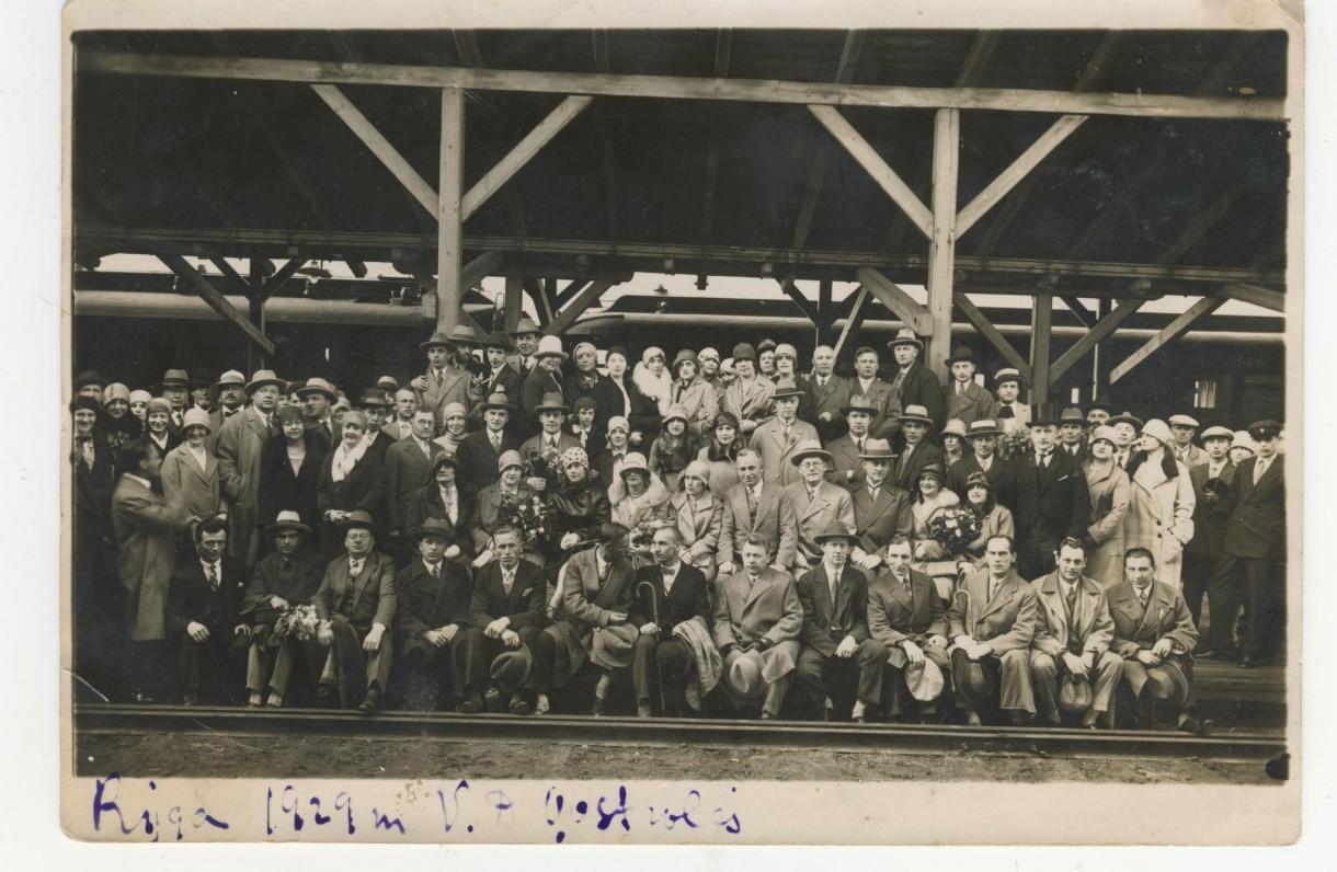 J. Savickis (sėdi antros eilės viduryje) su teatralais Rygos geležinkelio stotyje. 1929 m.