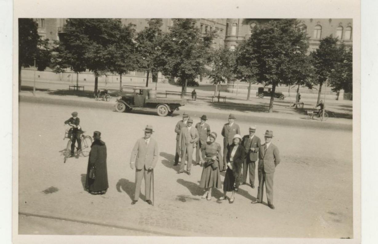 J. Savickis (stovi pasirėmęs lazda) su Švedijos atstovybės tarnautojais. 1932 m.
