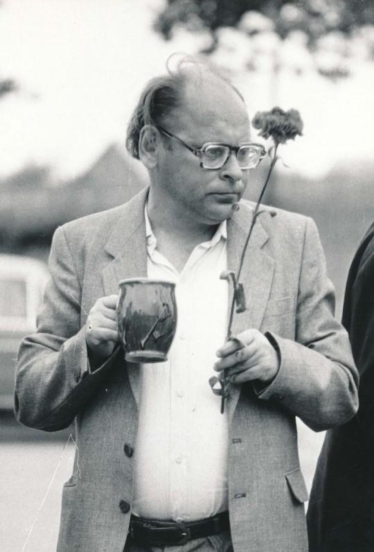 J. Strielkūnas su gvazdiku ir alaus bokalu. 1989 m. O. Pajedaitės fotografija
