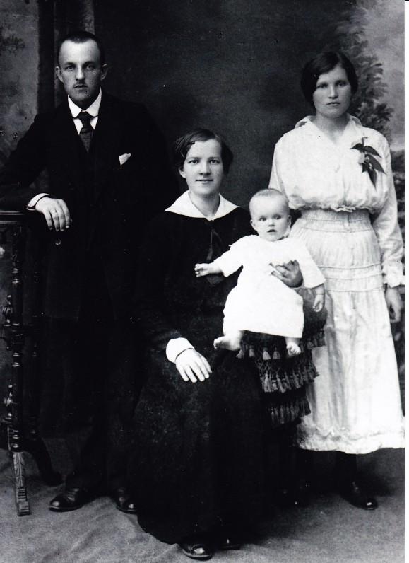 J. ir E. Nakai su Elena Viktorija. Iš dešinės stovi mergaitės krikšto mama Veronika Nakaitė-Smalstienė