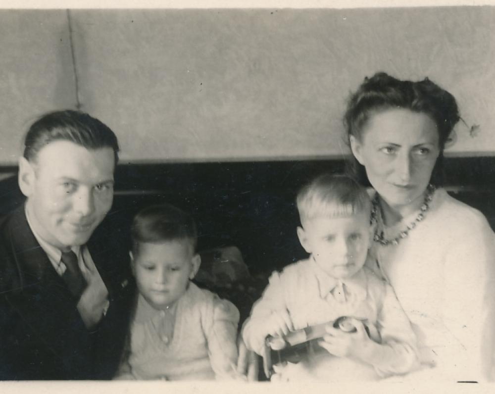 Jacinevičių šeima apie 1949 m. Kaune. Antanas Jacinevičius (Jasiūnas), Leonido brolis dvynys Aurelijus (Rimas), Leonidas (Levas) Jacinevičius ir Justina Navikaitė-Jacinevičienė
