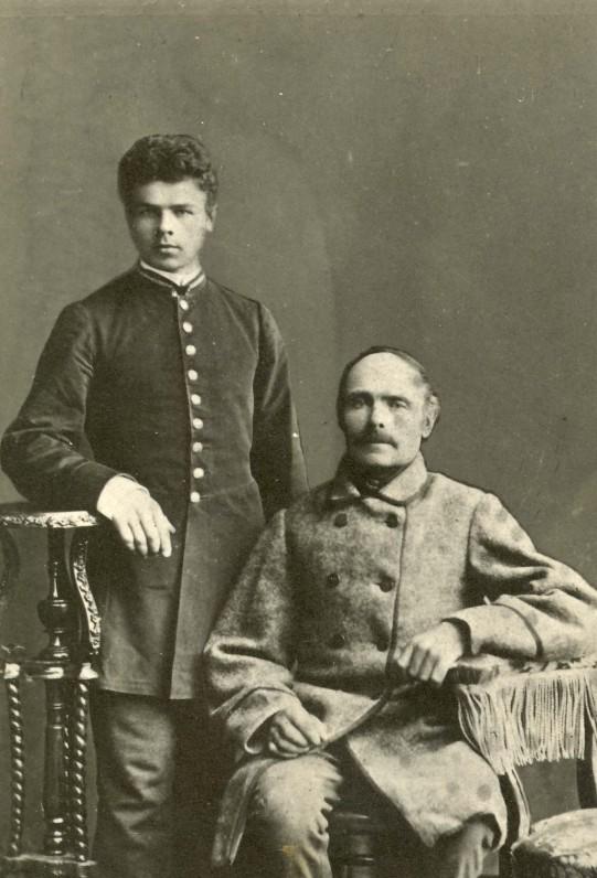 Jonas Mačiulis su tėvu. Apie 1880 m.