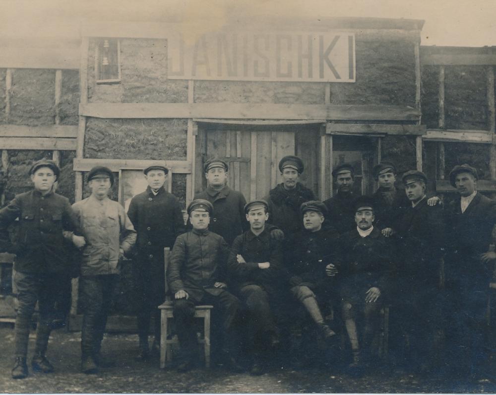 Joniškio geležinkelio stotyje su geležinkelininkais. Antras iš kairės sėdi Juozas Žlabys-Žengė. 1918 m.