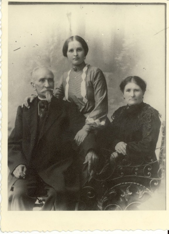 Jono Mačiulio auklė Ona Palkevičiūtė-Eidrigevičienė su vyru ir dukra | Jonas Mačiulis' nanny Ona Palkevičiūtė-Eidrigevičienė with her husband and daughter