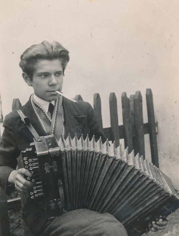 Juozas Kruminas tėviškėje, Palionės kaime (Širvintų r.). Apie 1933 m. Sesuo Genutė prisimena, kad turėjo žalią armoniką ir mėgo groti
