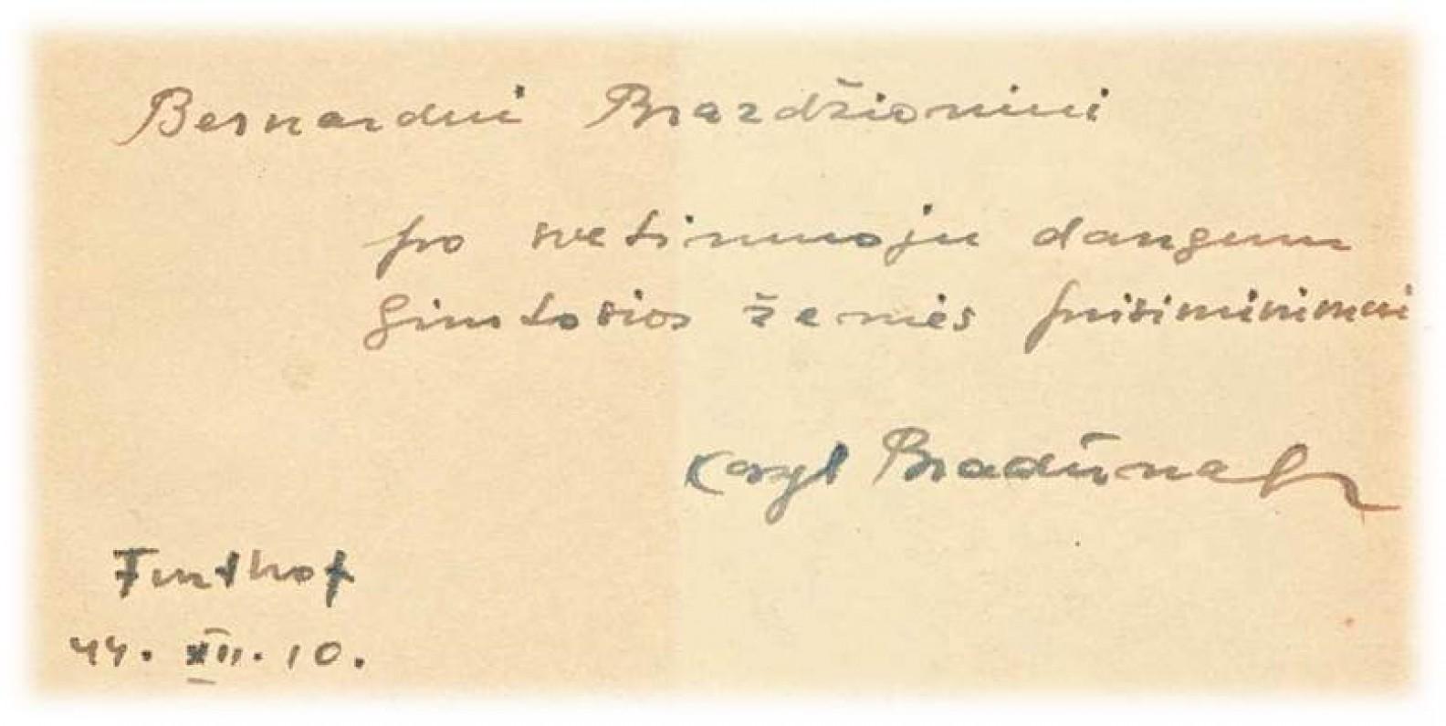 """K. Bradūno dedikacija Bern. Brazdžioniui knygoje """"Pėdos arimuos"""""""