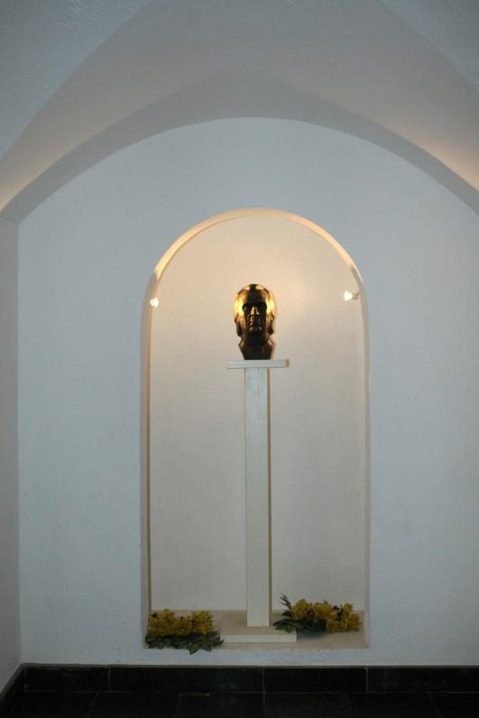 K. Donelaičio biustas (rekonstrukcijos autorius – Vytautas Urbanavičius) Tolminkiemio bažnyčios kriptoje, kurioje palaidotas poetas