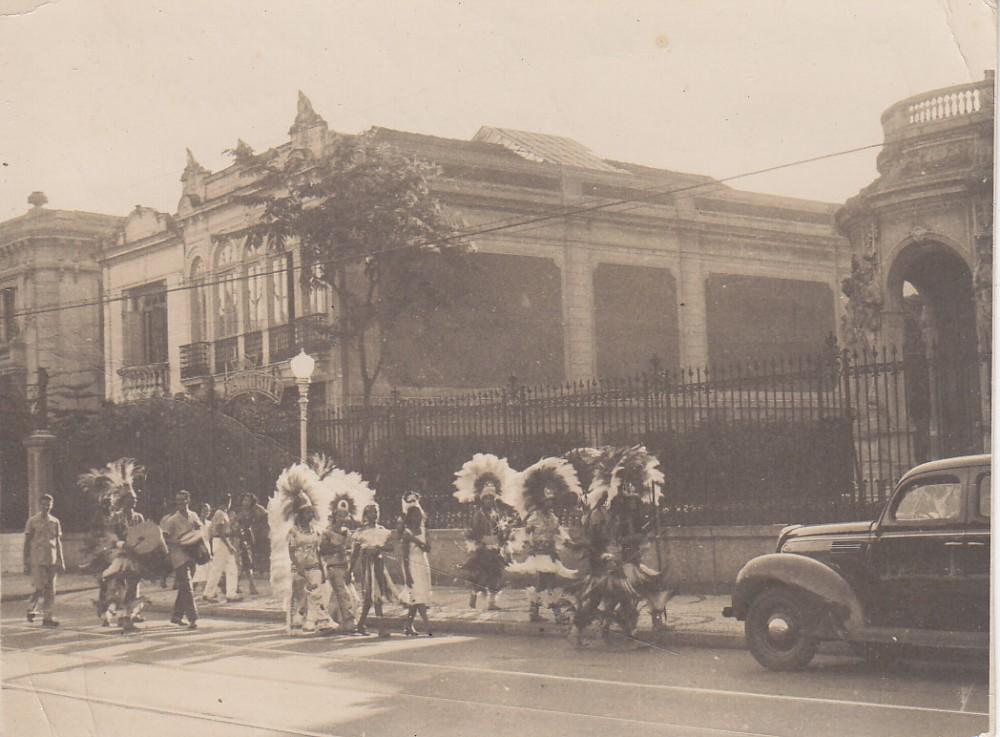 Karnavalinė eisena miesto gatvėje. Brazilija, apie 1946–1950 m.