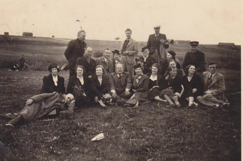 Kauno III valstybinės gimnazijos mokytojai. Labūnava. 1938 m. Antroje eilėje iš dešinės antra – S. Bučienė