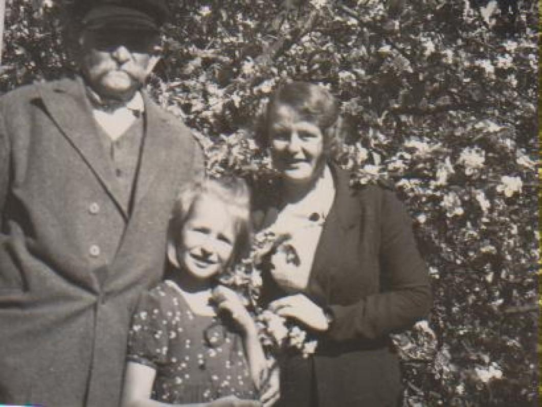 Kazimieras Daugirdas, Dalia Sruogaitė, Vanda Daugirdaitė-Sruogienė. Būgiai, apie 1931 m.