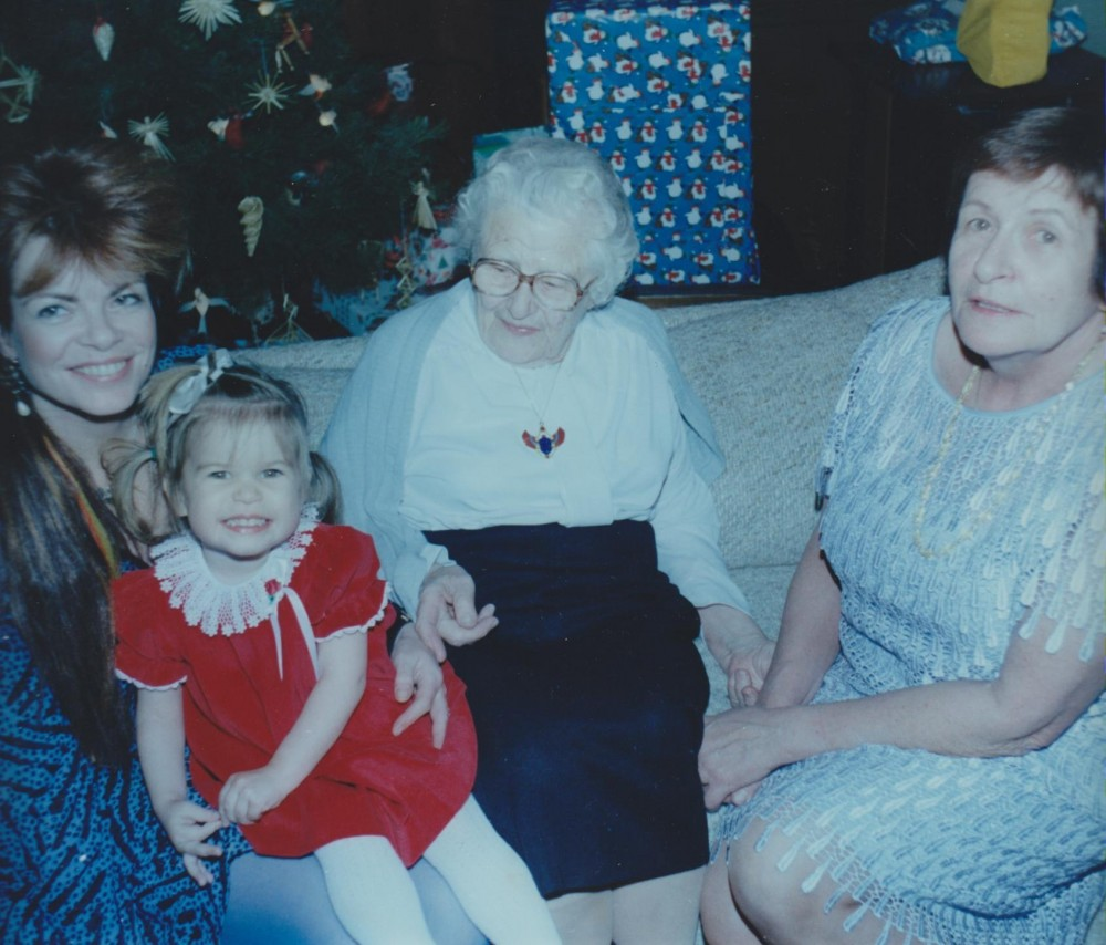 Keturios kartos – anūkė Aušrinė Byla, proanūkė Alina Nevada-Diebold, V. Sruogienė, D. Sruogaitė-Bylaitienė. Čikaga. 1985 12 24