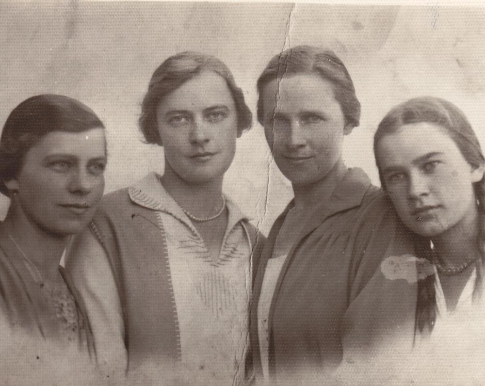 Keturios seserys Lipčiūtės. Julija, Teklė, Elena, Danutė (iš kairės). Apie 1932 m.