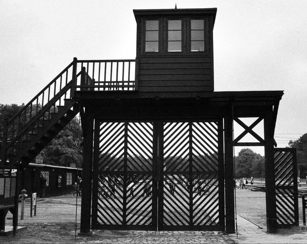 Koncentracijos stovyklos Mirties vartai. Apie 110 000 žmonių įėjo pro šiuos vartus. Apytikriai 65 000 lagerio kalinių žuvo