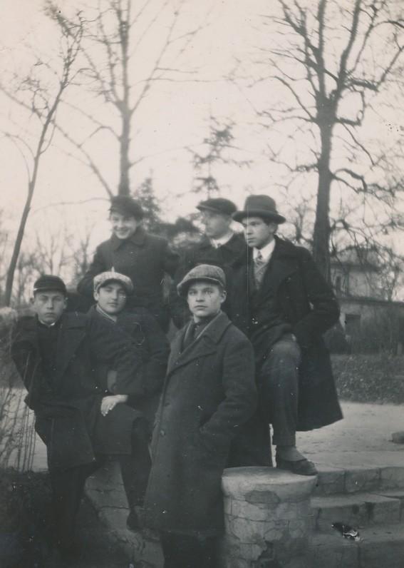 Kruminas (pirmas iš dešinės) su draugais. Kaunas, 1933 m.