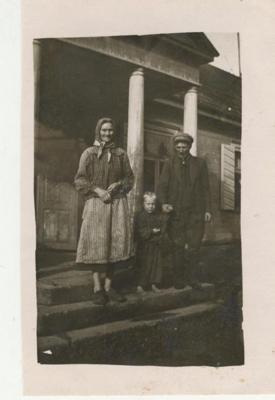 Kumečiai Šalvaičiai prie gimtojo J. Savickio namo (nugriautas apie 1960 m.)