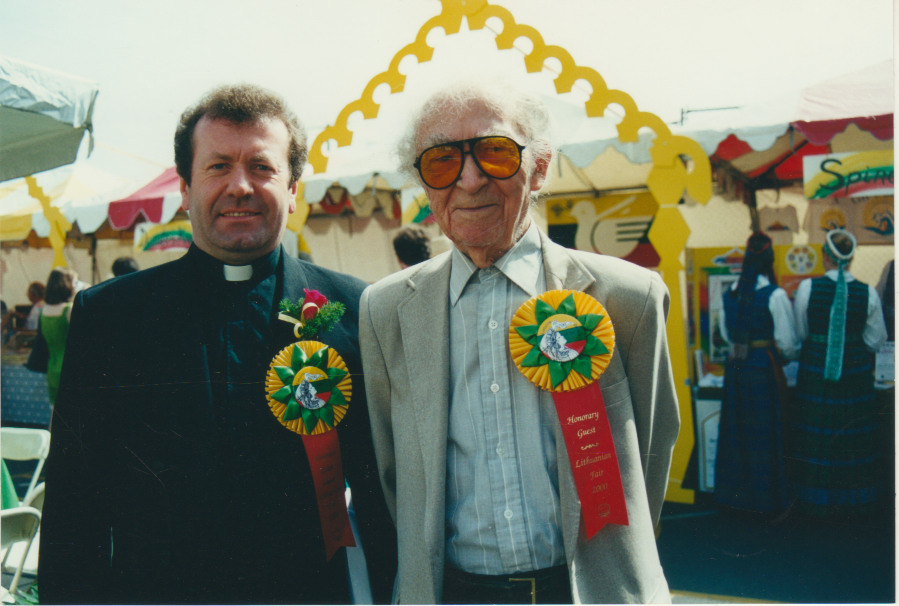 B. Brazdžionis ir kun. Stanislovas Anužis. 14-tos Lietuvių dienos Šv. Kazimiero parapijos aikštėje. Los Andželas. 2000 m.