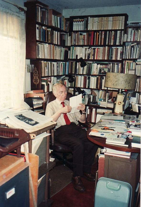 B. Brazdžionis darbo kambaryje Los Andžele 1994 m.