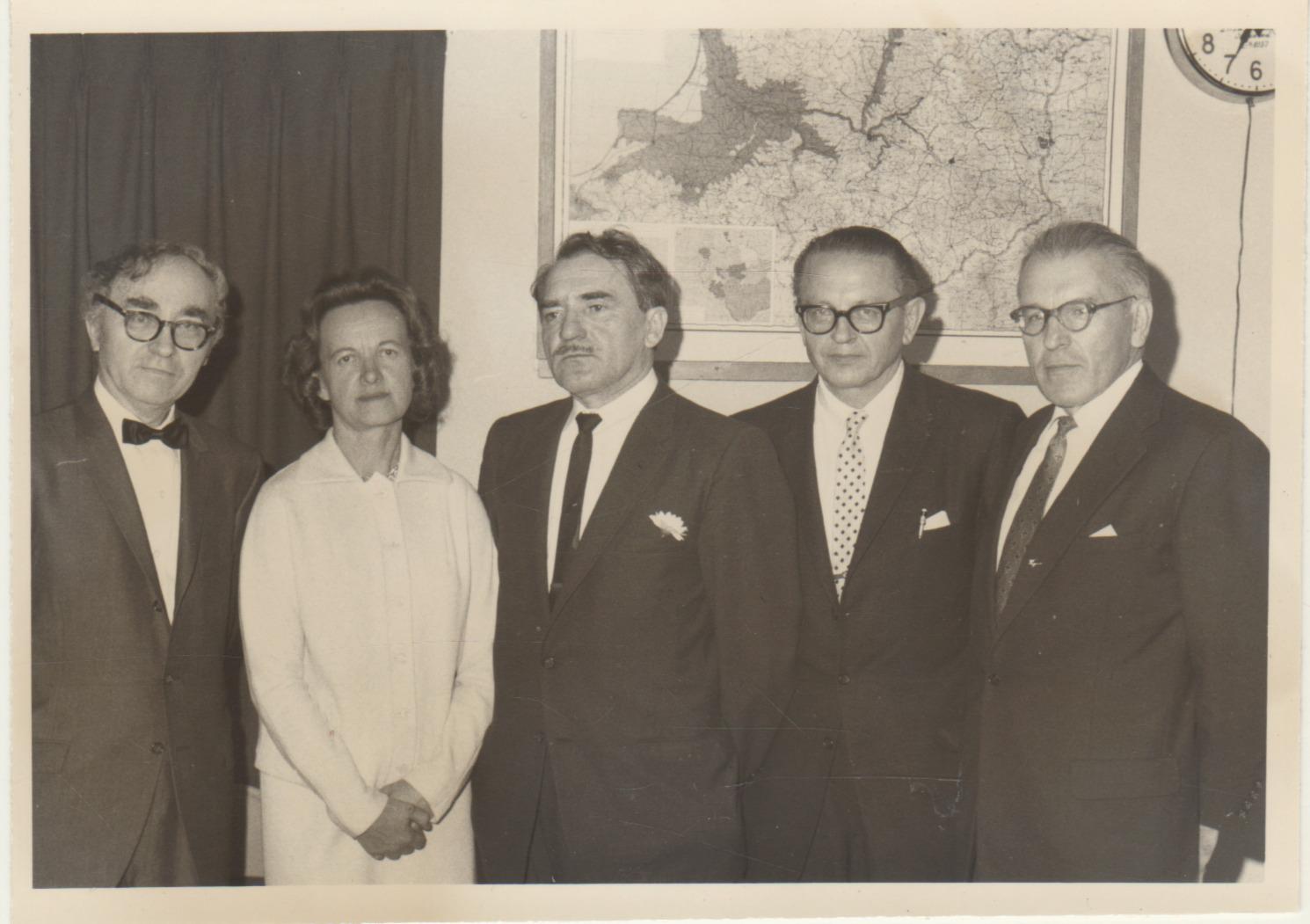 LRD premijos įteikimas M. Katiliškiui Los Andžele 1964 m. balandžio 5d. Iš kairės: Bern. Brazdžionis, Alė Rūta, M. Katiliškis, B. Raila, J. Tininis. Nuotrauka L. Kančausko
