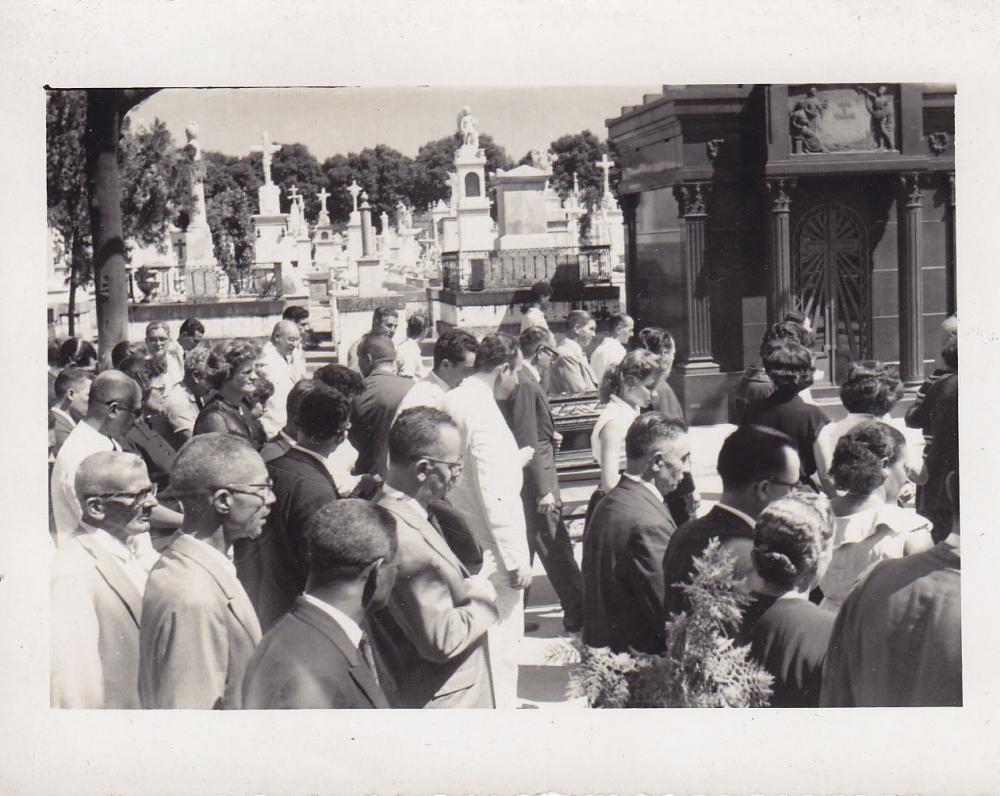 Laidotuvių procesija kapinėse. Brazilija, apie 1946–1950 m.