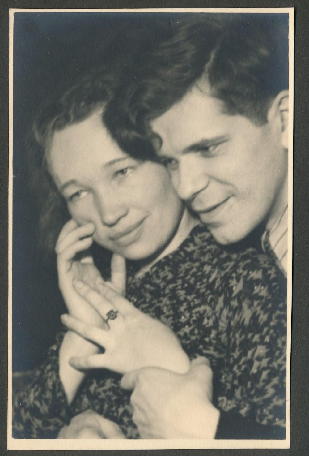 Laimingi jaunavedžiai. J. V. Skuodžio fotografija iš dovanoto albumo. 1941 m.