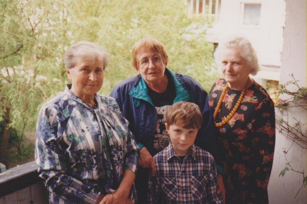 Laimutė Petkevičienė su anūku, Dalia Sruogaitė, Sandra Kulnienė. Lietuva, 1995 m.