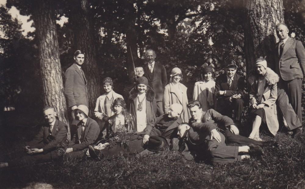 """Lazdijų """"Žiburio"""" gimnazijos pedagogai ekskursijoje. Birštonas. 1930 m. birželio 1 d. Antroje eilėje trečia – S. Bačinskaitė"""