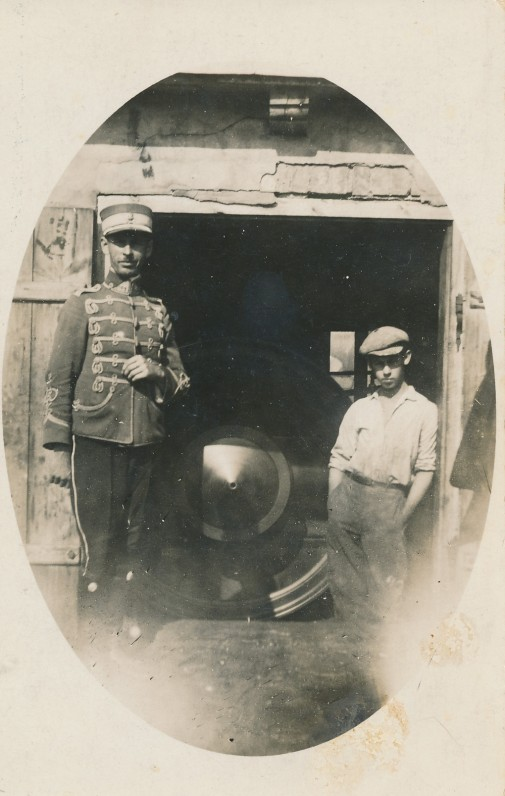 Leitenantas Juozas Žlabys-Žengė su broliu Anicetu tėvo malūne. Žagarė. 1926 m.