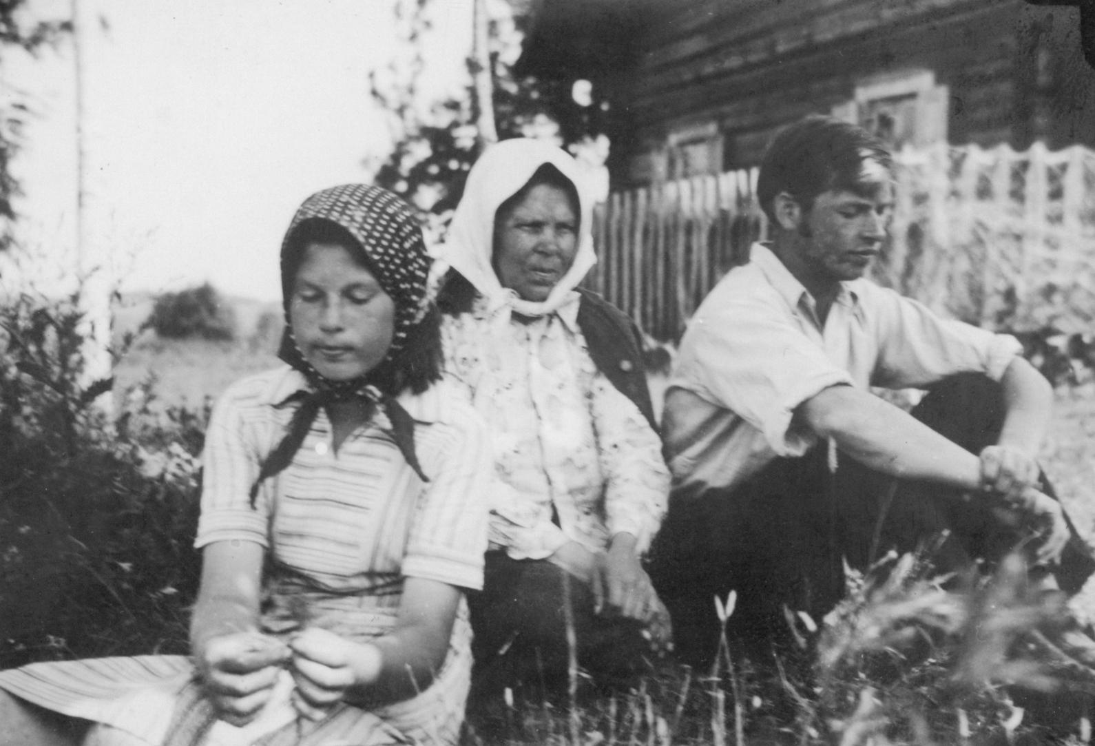A. Čipkus su seserimi Ona ir mama Veronika. Nemeikščiai