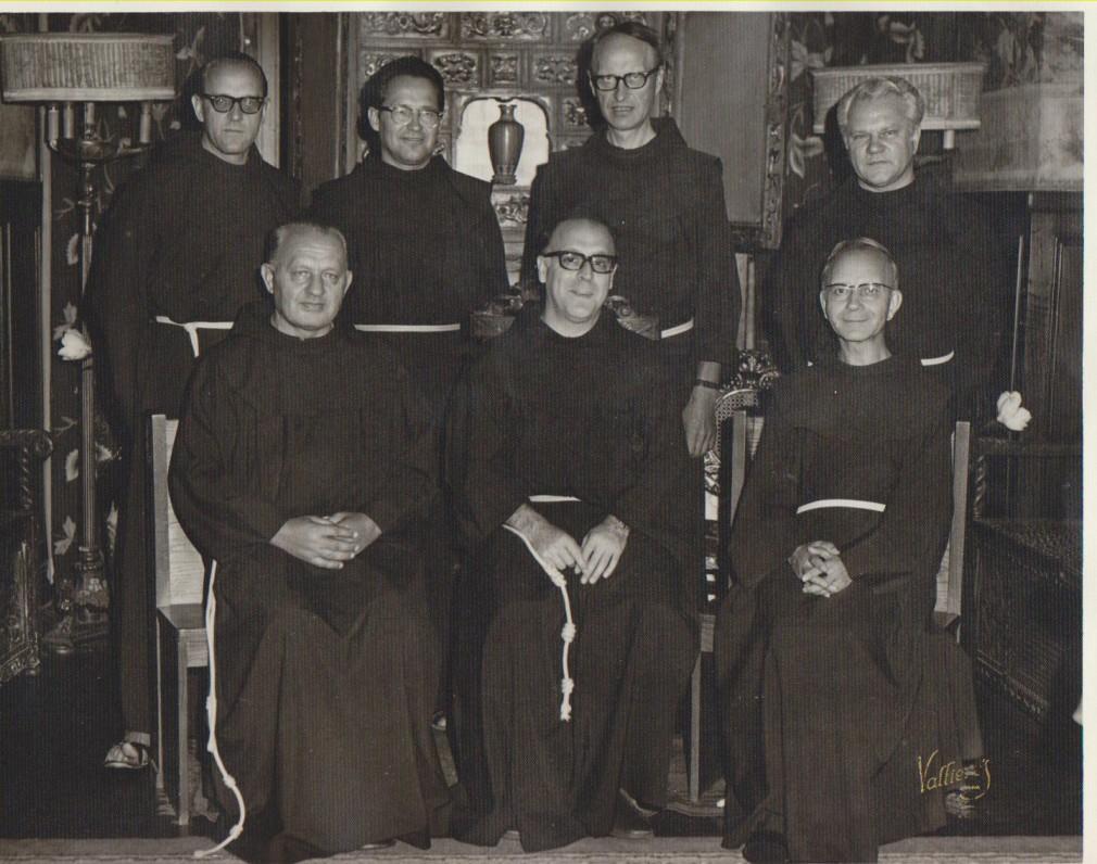 Lietuvių pranciškonų vadovybė su ordino vizitatoriumi (sėdi centre). L. Andriekus – provincijolas (sėdi dešinėje). 1965 m.