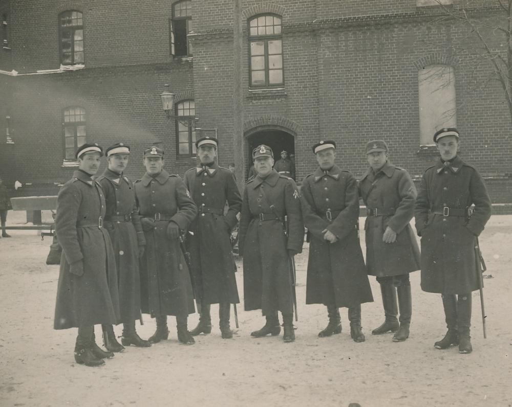 Lietuvos kariuomenės dalinys tvarkai palaikyti. Pirmas iš dešinės – Juozas Žlabys-Žengė. Klaipėda. 1923 m.