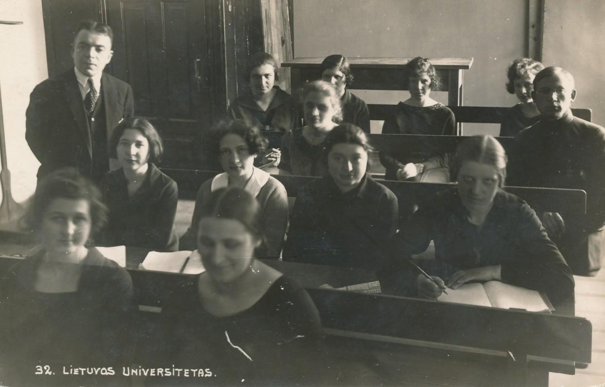 Lietuvos universiteto humanitarinių mokslų fakulteto studentai prof. V. Dubos paskaitoje. Apie 1925–1927 m.