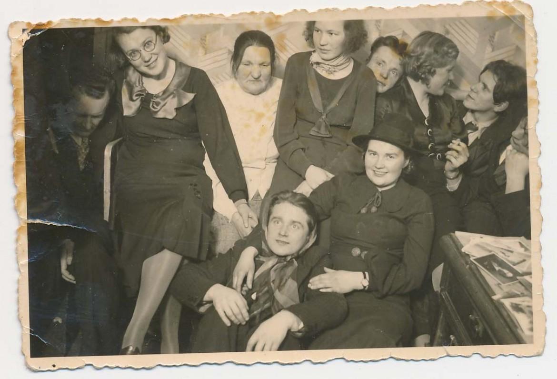 Linksma draugija. Iš kairės pirmas – Vytautas Montvila, šalia Vanda Juozėnienė, o paskutinis – Juozas Kruminas. Kaunas. Apie 1937 m.