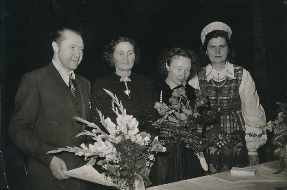 Literatūros vakaro metu. B. Babrauskas, P. Orintaitė, N. Mazalaitė ir G. Tulauskaitė. Čikaga, 1952 m.