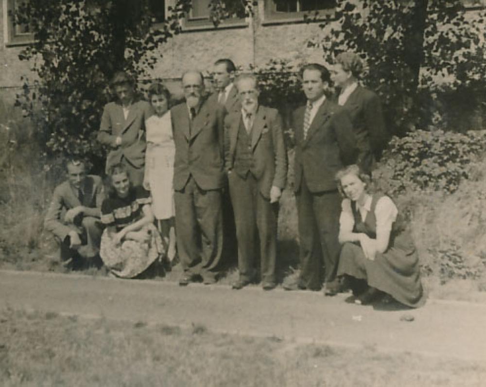Lituanistų būrelis Pabaltijo universitete. Pinnebergas, 1947 m. Priekyje stovi V. ir M. Biržiškos. Antroje eilėje pirmas iš kairės – K. Ostrauskas