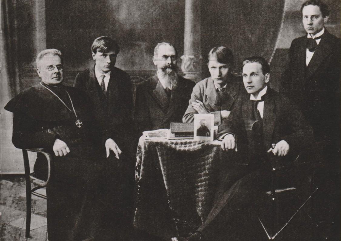 Maironis, P. Galaunė, J. Naujalis, B. Sruoga, A. Sutkus. F. Kirša, S. Šilingas. Lietuvių meno kūrėjų draugija. Kaunas, apie 1919 m.