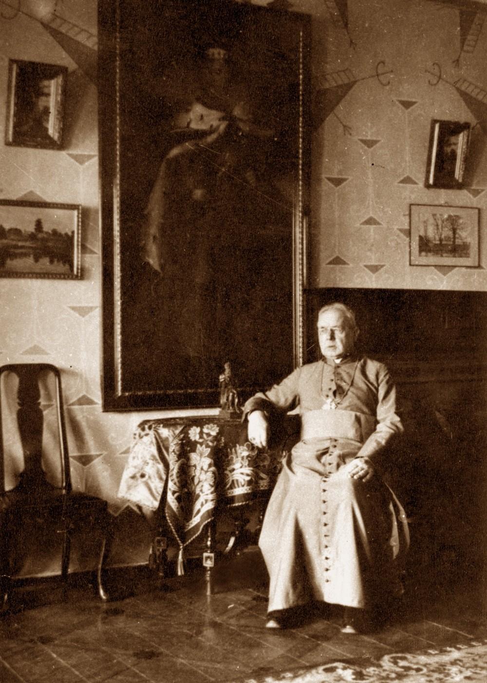 Maironis darbo kabinete. 1931 m. | Maironis in the study. 1931