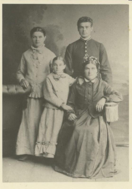 Maironis su mama ir sesutėmis. Apie 1880 m.