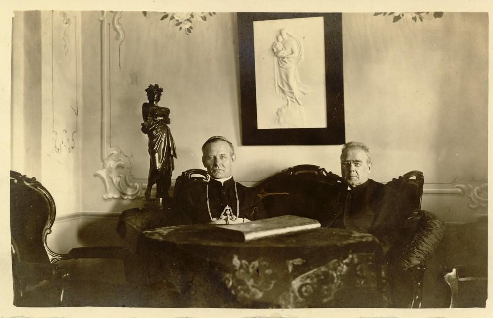 Maironis su vyskupu Kazimieru Paltaroku. Apie 1927 m.