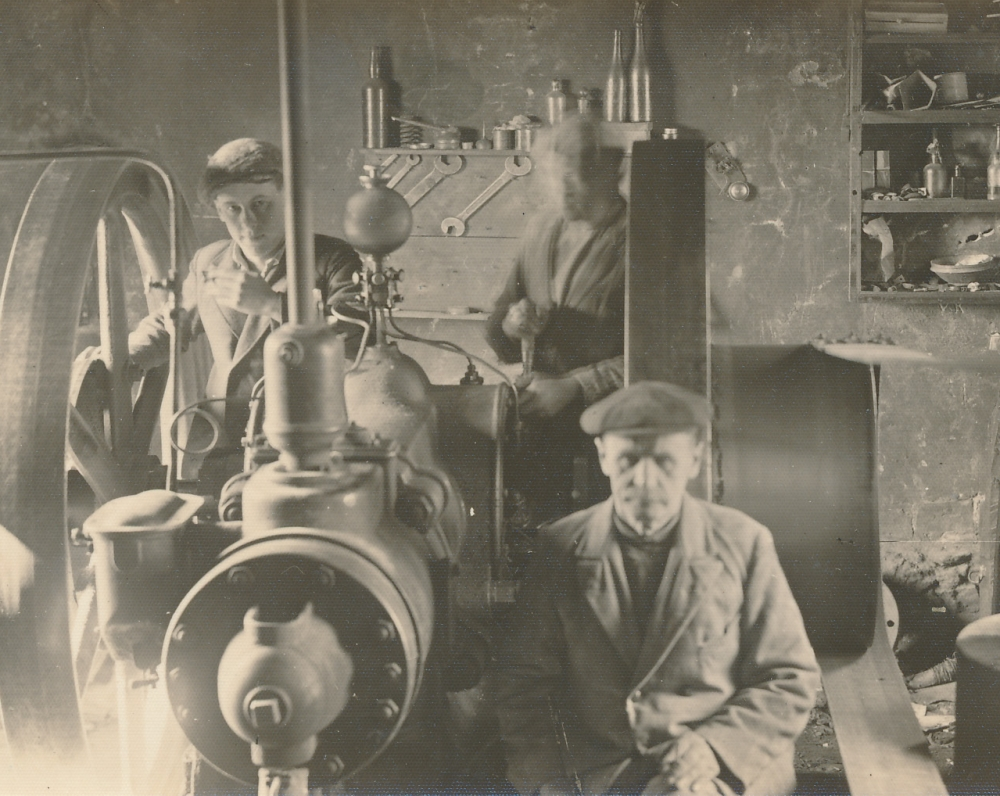 Malūne su tėvu (sėdi priekyje). Kairiau, prie rato stovi Juozas Žlabys-Žengė. Žagarė. 1931 m.