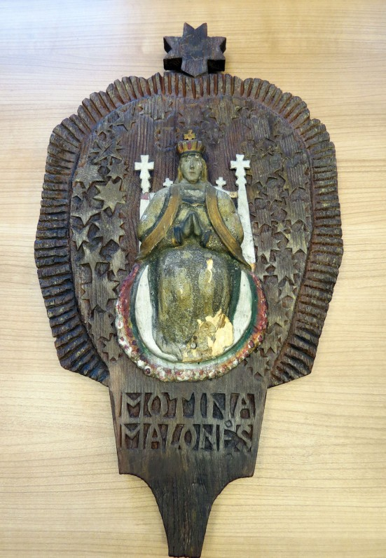 """Medinė koplytėlė iš dviejų dalių viena – skulptūrėlė """"Motina Malonės – Marija Karalienė"""", 19 a., iš Kuršėnų apylinkių."""