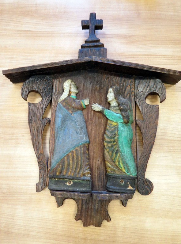 """Medinė koplytėlė iš dviejų dalių. Viena – """"Stacijų Šventieji"""", išdrožta 20 a. pr. Meistras – Adomas Trumpis. Antra – figūros pritvirtintos ant koplytėlės formos drožinio."""