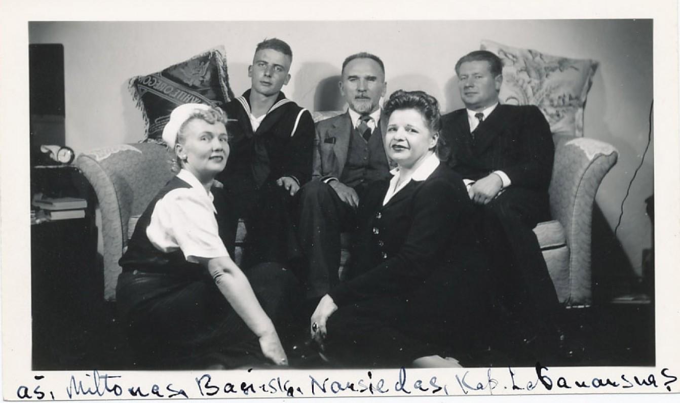 Miltonas Starkus su mama (pirmoji iš kairės) ir šeimos bičiuliais. 1946 m.