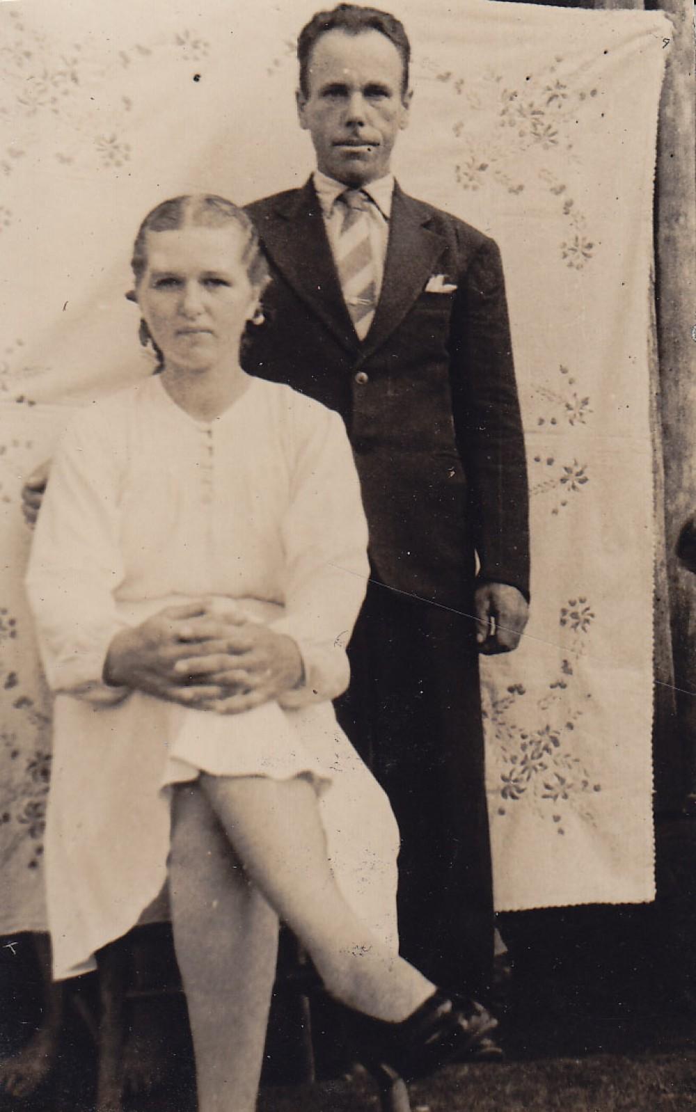 Moteris ir vyras šventiniais rūbais. Brazilija, apie 1946–1950 m.