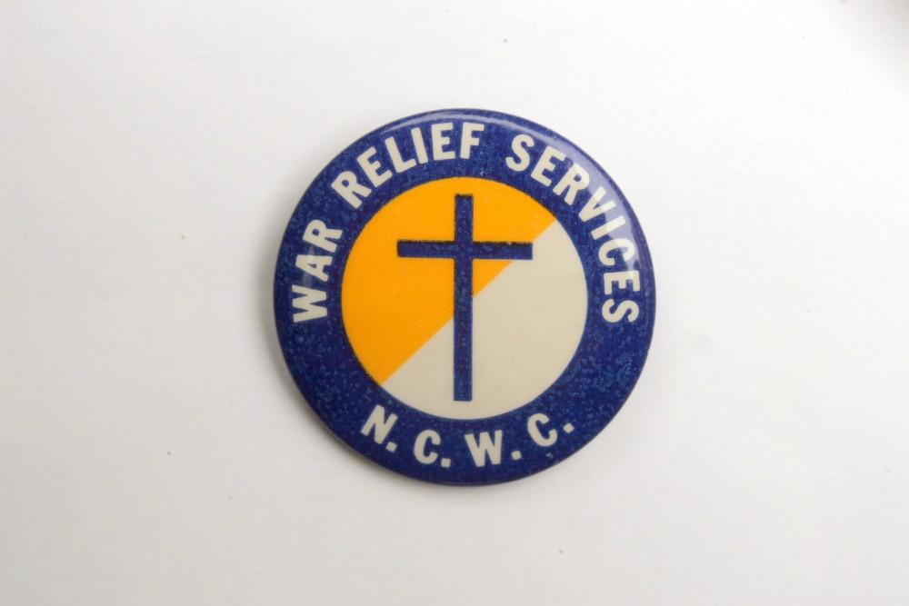 Nacionalinės lietuvių katalikų gerovės asociacijos karo pabėgėlių tarnybos perkėlimo skyriaus ženklelis