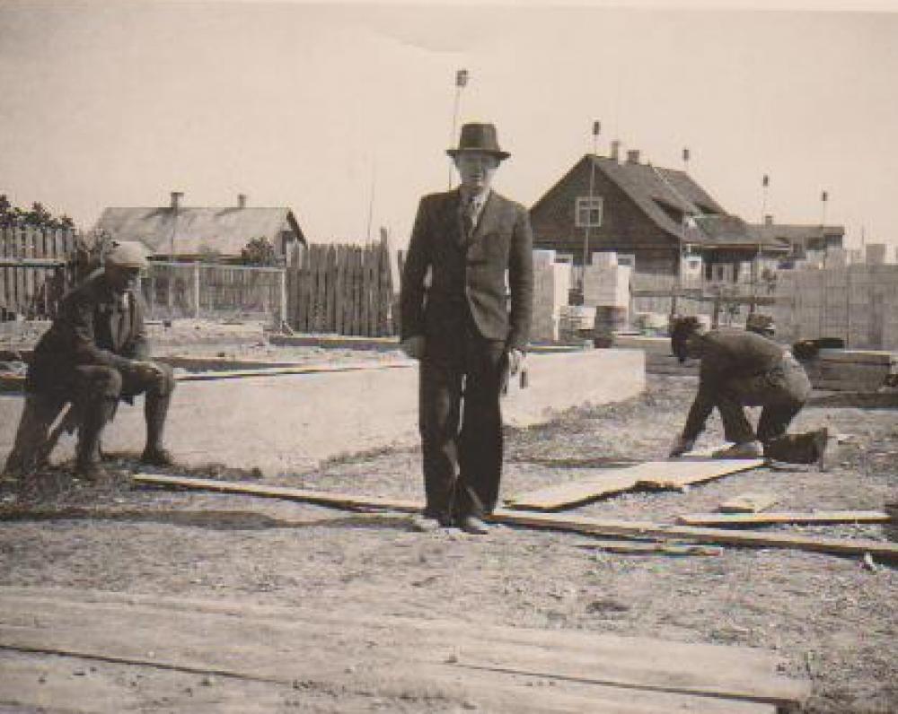 Namo statybos. Balys Sruoga su darbininkais. Kaunas. 1938 m.