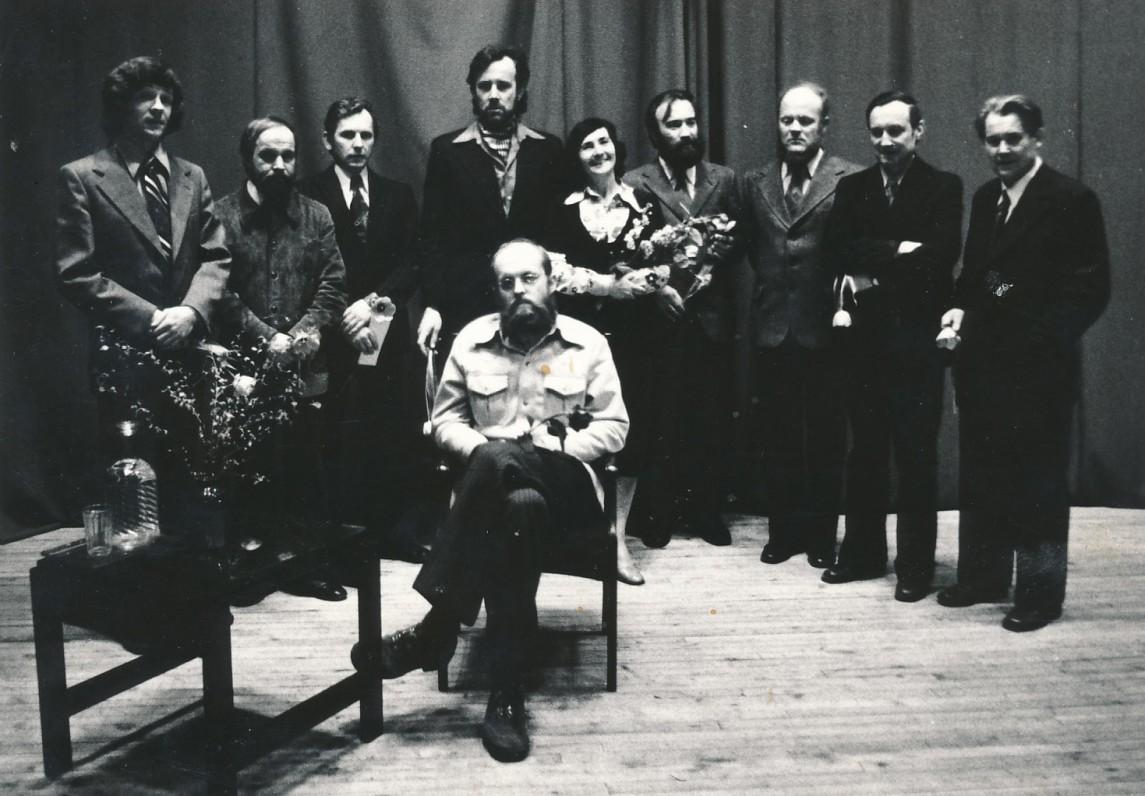 Novelės vakaro Menininkų rūmuose dalyviai. Sėdi Saulius Tomas Kondrotas. E. Ignatavičius stovi ketvirtas iš kairės. Vilnius. Apie 1981 m. S. Šimkaus nuotrauka