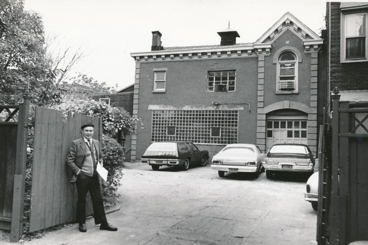 """P. Jurkus prie """"Darbininko"""" redakcijos. Apie 1956 m."""
