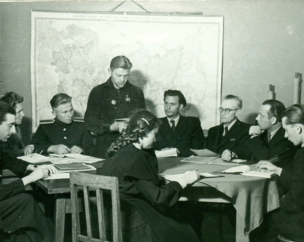 P. Širvys skaito savo eiles respublikiniame jaunųjų rašytojų pasitarime. Šalia jo (dešinėje) sėdi E. Mieželaitis, V. Mykolaitis-Putinas, V. Mozūriūnas ir kiti. Vilnius, 1951 m.